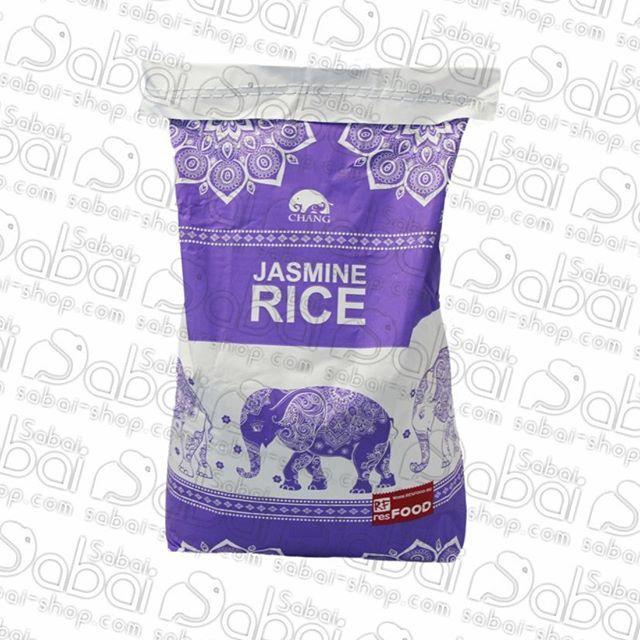 Жасминовый рис Chang 1кг.Ароматный сорт риса с тонким ореховым послевкусием, выращиваемый в Таиланде.Полезные свойства:Жасминовый рис довольно питательный, относится к классу сложных углеводов, подходит для правильного и диетического питания.Рис Жасмин гипоаллергенный, не содержит глютен и клейковину. Среди витаминов первое место занимает комплекс витаминов группы В, второе и последующие места — Е, РР.Микроэлементов гораздо больше: кальций, железо, магний, фосфор, калий, натрий, цинк, медь, марганец, йод.Рис жасмин будет идеальным гарниром совершенно для любых блюд.  Он станет дополнением и к яркой экзотической кулинарии, и к восточным продуктам, и к более простым, привычным для нас ужинам и обедам.Его рекомендуется использовать даже для приготовления сладких десертов .Форму и ослепительно белый цвет жасминовый рис сохраняет даже после варки. Уже с первых минут приготовления продукта по вашей кухне начнет разноситься невероятно нежный и приятный цветочный аромат.#рис #жасмин #рисжасминовый #полезныепродукты #вкусно #изтаиланда #втаиланде #Паттайя #тайскаякухня #специи #тайскиетовары #товарыизтаиланда #интернетмагазин #изтаиландаслюбовью #Thailand #Красноярск #лайк #сабай #сабайшоп #сабайшопкрасноярск #Красноярск #Абакан #Россия #Канск