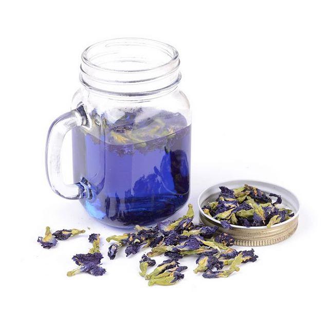 Синий чай (или Butterfly Pea Tea) — это экзотический напиток, родиной которого является Тайланд. Сырье для приготовления этого напитка — бутоны травянистой лианы, у которой множество названий: клитория тройчатая, мотыльковый горошек, тайская орхидея, анчан.Состав: железо, марганец, фосфор, витамин В1, витамин К, витамины Е и С,  витамин В2, витамин В12Полезные свойства чая и дополнительные применения в комментариях #синийчай #анчан #полезныйпост #красиво#вкусно #осень#иммунитет #кухнятаиланда #кухня #сабайсабай #сабайшопкрасноярск #кулинария #выпечка #торт #чай #вечеринка #таиланд #красноярск